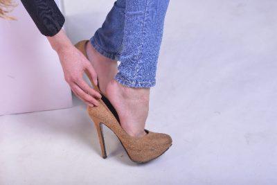 靴を脱ごうとする女性