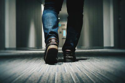 カーペットの上を土足で歩く